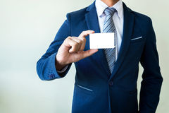 Geschäftsmann, der Visitenkarte zeigt Lizenzfreie Stockbilder