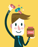 Geschäftsmann, der Vitamine in seinen Kopf einsetzt Stellen Sie schützende Schablone und die Pille gegenüber, die im Hintergrund  Lizenzfreies Stockfoto