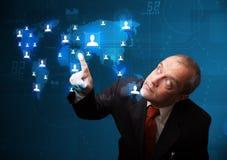 Geschäftsmann, der von der Karte des Sozialen Netzes wählt Stockfoto
