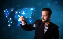 Geschäftsmann, der von der Karte des Sozialen Netzes wählt Lizenzfreie Stockfotos