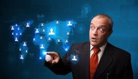 Geschäftsmann, der von der Karte des Sozialen Netzes wählt Lizenzfreie Stockbilder