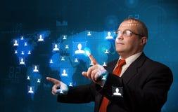 Geschäftsmann, der von der Karte des Sozialen Netzes wählt Stockfotografie