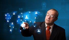 Geschäftsmann, der von der Karte des Sozialen Netzes wählt Stockbild