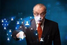 Geschäftsmann, der von der Karte des Sozialen Netzes wählt Lizenzfreies Stockfoto