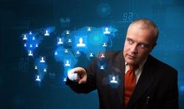 Geschäftsmann, der von der Karte des Sozialen Netzes wählt Lizenzfreies Stockbild