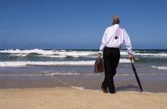 Geschäftsmann, der von der Ruhestandsfreiheit auf einem tropischen Strand, Kopienraum träumt Stockbild