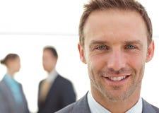 Geschäftsmann, der vor seinem Team aufwirft Lizenzfreie Stockfotos
