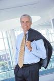 Geschäftsmann in der Vorhalle mit Jacke über Schulter Lizenzfreie Stockfotografie