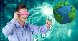 Geschäftsmann, der VR-Gläser beim Berühren der niedrigen Polyerde trägt Stockfotos