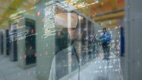 Geschäftsmann, der VR verwendet, um auf virtuelle Schnittstelle einzuwirken stock video footage