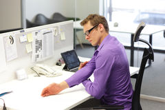 Geschäftsmann, der während der Arbeit trainiert lizenzfreies stockfoto