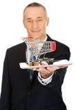 Geschäftsmann, der Warenkorb auf Tablette hält Lizenzfreie Stockbilder