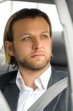 Geschäftsmann, der weg im Auto schaut Lizenzfreie Stockbilder