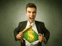 Geschäftsmann, der weg von seinem Hemd mit Dollarzeichen auf Kasten zerreißt Stockfoto