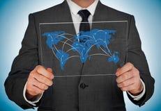 Geschäftsmann, der Weltkarte betrachtet Lizenzfreie Stockfotografie