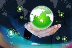 Geschäftsmann, der Werbekonzeption des globalen Netzwerks darstellt Lizenzfreie Stockbilder