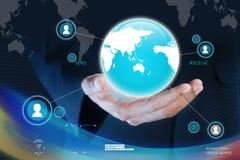 Geschäftsmann, der Werbekonzeption des globalen Netzwerks darstellt Lizenzfreies Stockfoto