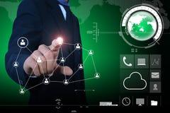 Geschäftsmann, der Werbekonzeption des globalen Netzwerks darstellt Lizenzfreie Stockfotos