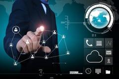Geschäftsmann, der Werbekonzeption des globalen Netzwerks darstellt Stockfotografie