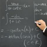 Geschäftsmann, der wissenschaftliche Formel schreibt Stockbild