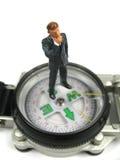 Geschäftsmann, der wohin man zunächst sich wundert, geht Lizenzfreies Stockfoto