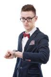 Geschäftsmann, der Zeit überprüft und zur Armbanduhr auf seiner Hand schaut Stockfotos