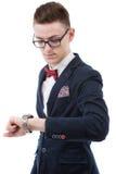 Geschäftsmann, der Zeit überprüft und zur Armbanduhr auf seiner Hand schaut Stockfoto