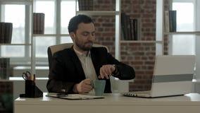 Geschäftsmann, der Zeit bei der Unterhaltung auf Mobile überprüft stock video