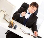 Geschäftsmann, der Zeitplan im Tagebuch überprüft Lizenzfreie Stockfotos