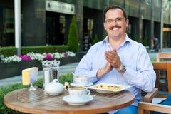 Geschäftsmann, der zu Mittag isst Stockbilder