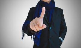 Geschäftsmann in der zufälligen Klage an Hand zeigend auf leeren Raum, selektiver Fokus Lizenzfreie Stockfotos