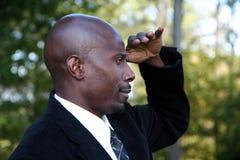 Geschäftsmann, der zum Abstand schaut Lizenzfreie Stockfotos