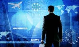 Geschäftsmann, der zurück am virtuellen Schirm steht Lizenzfreies Stockfoto
