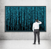 Geschäftsmann, der zur Matrix schaut Lizenzfreie Stockbilder