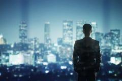 Geschäftsmann, der zur Stadt schaut Lizenzfreies Stockfoto