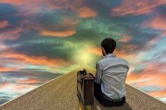 Geschäftsmann, der zur Zukunft Sonnenuntergang betrachtet Lizenzfreie Stockfotos