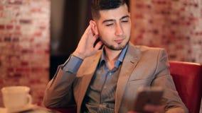 Geschäftsmann des jungen Mannes, der ein selfie nimmt stock footage