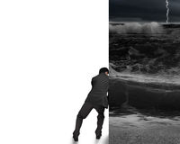 Geschäftsmann drücken stürmische Ozeanwand weg Lizenzfreie Stockfotos