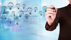 Geschäftsmann Draw auf virtuellem Schirm mit Ideen-Glühlampe-Ikonen-Florida lizenzfreies stockfoto