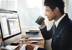 Geschäftsmann-Drinking Coffee Computer-Büro-Konzept stockbild