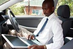 Geschäftsmann in einem Auto Stockfotografie