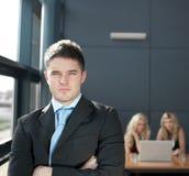 Geschäftsmann in einem Büro Stockfotografie