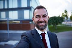 Geschäftsmann in einem Klage selfie lizenzfreies stockfoto