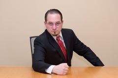 Geschäftsmann in einem Sitzungssaal Lizenzfreies Stockfoto