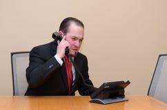 Geschäftsmann in einem Sitzungssaal Lizenzfreies Stockbild