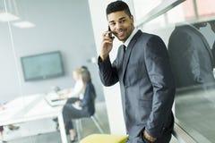 Geschäftsmann an einem Telefon Stockfotos