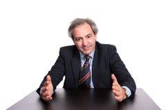 Geschäftsmann an einem Tisch eine Strategie erklärend Stockfotografie