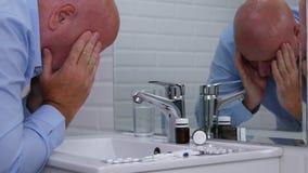 Geschäftsmann in einem Toiletten-Raum-Leiden und glaubender Kranker, der denkt, um Pillen zu nehmen stock video