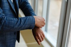 Geschäftsmann in einer grauen Jacke justiert die Ärmel Vervollkommnen Sie zum letzten Detail Moderner Geschäftsmann Mode geschoss Stockfoto