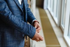Geschäftsmann in einer grauen Jacke justiert die Ärmel Vervollkommnen Sie zum letzten Detail Moderner Geschäftsmann Mode geschoss Stockbilder